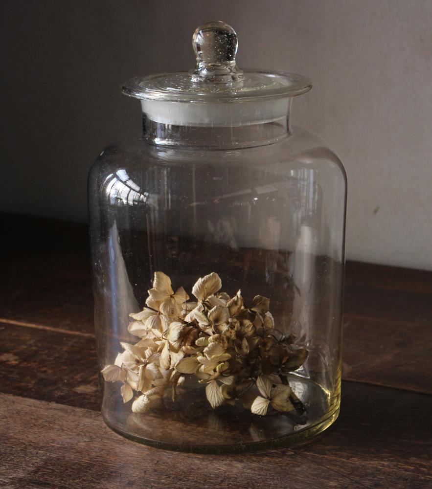 気泡の入った蓋付きガラス瓶