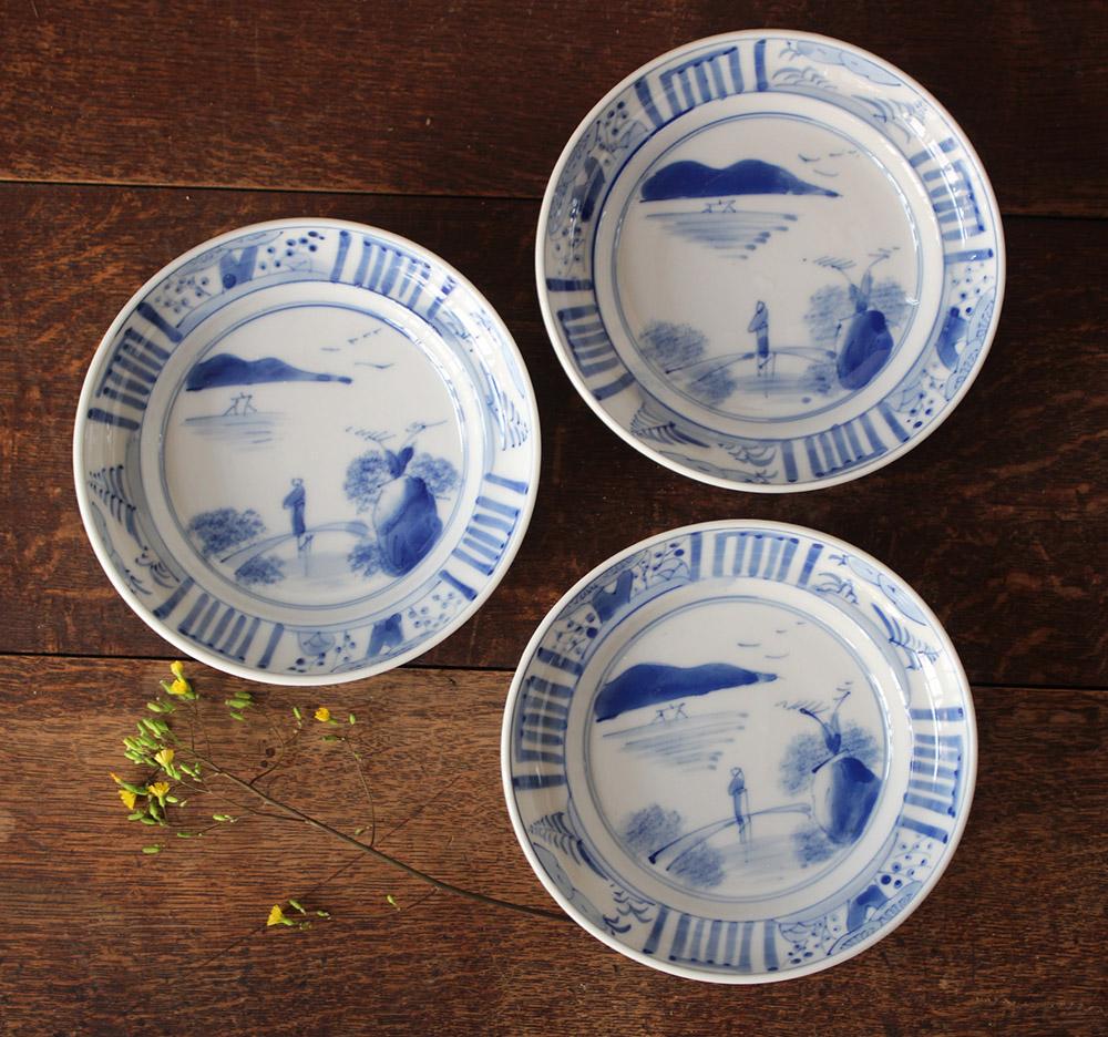 少し深さのある藍色染付の小皿