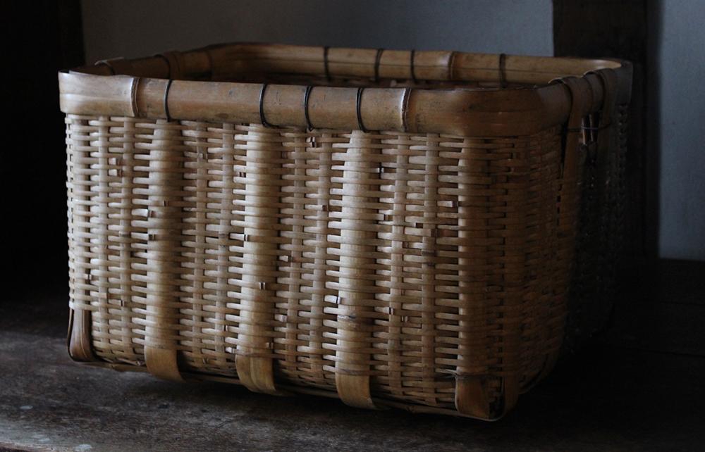 小ぶりな竹編みの市場籠(かご)