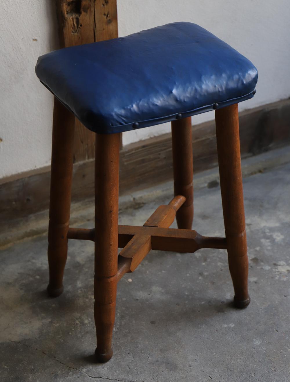 鮮やかなブルーの座面のミシン椅子