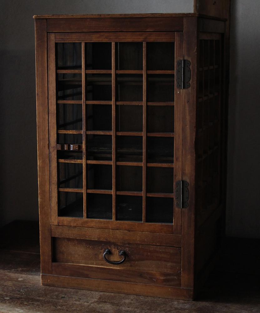 木味の良い蝿帳・網戸の付いた食器棚