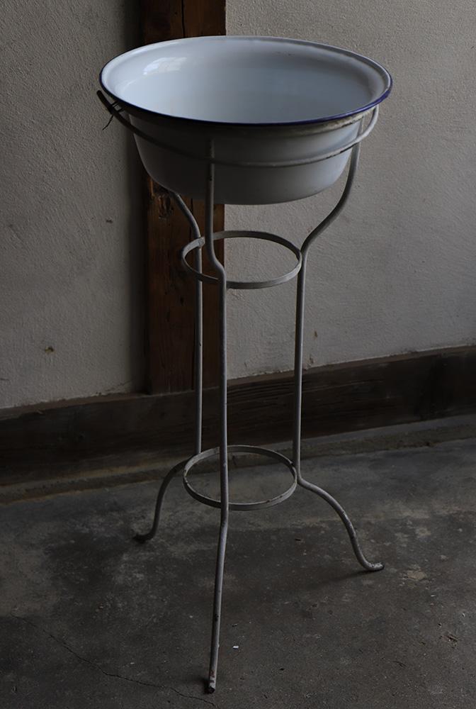 古い病院のホーロー(琺瑯)洗面器とスタンド