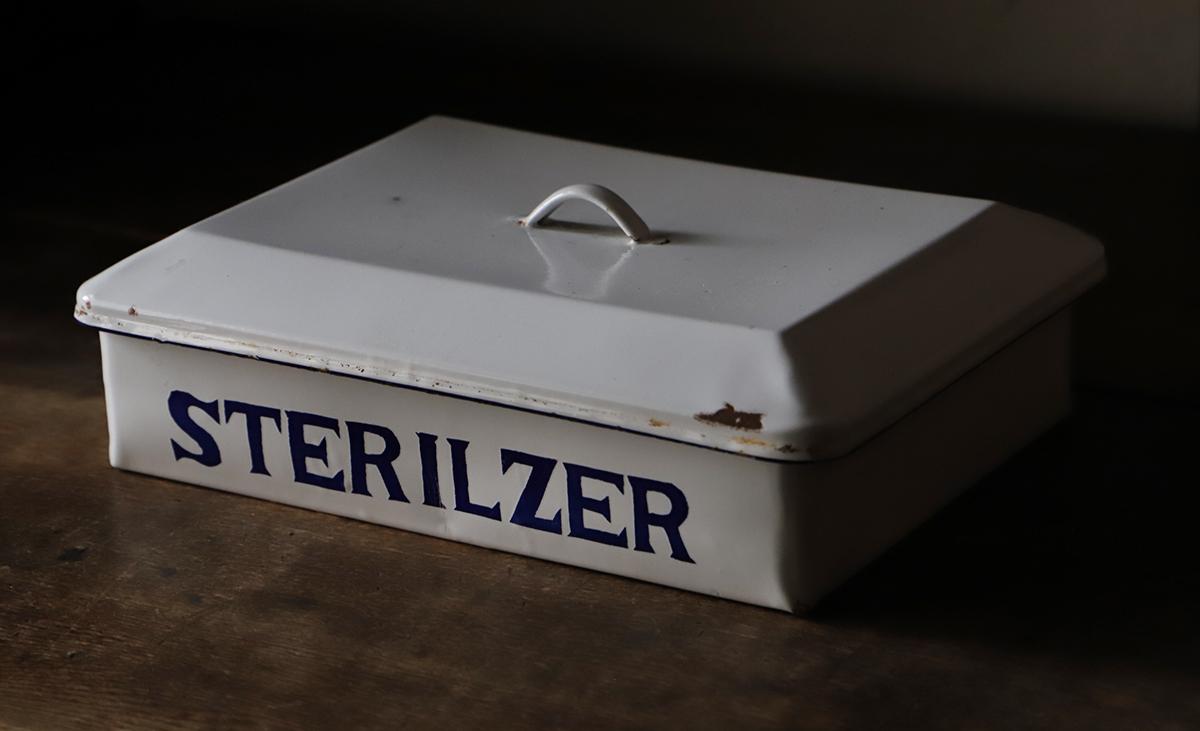 琺瑯(ホーロー)の蓋付きバット・消毒器