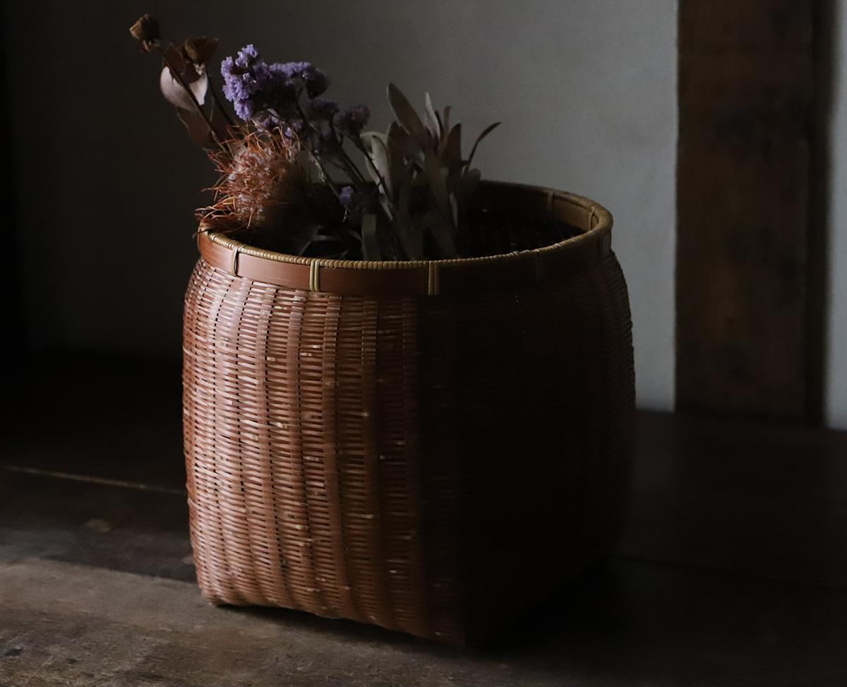 竹編みの丸い籠(魚籠)