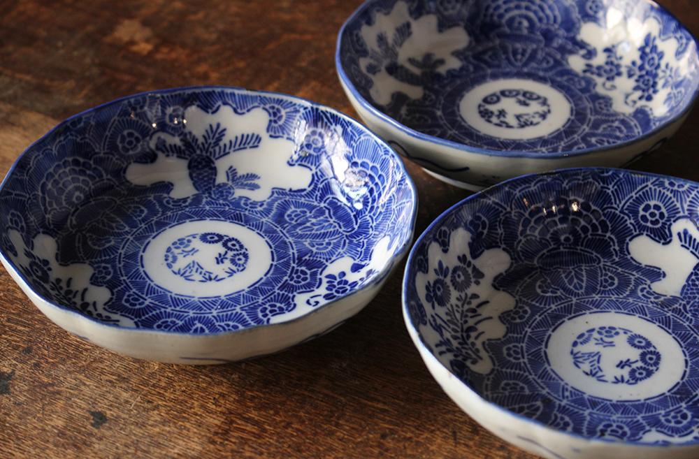 ソテツと花が描かれた繊細な模様の印判なます皿