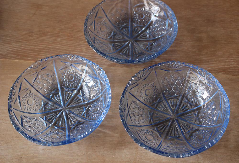 ブルーのプレスガラス皿