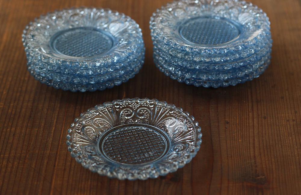 薄いブルーのプレスガラスの小さい平皿