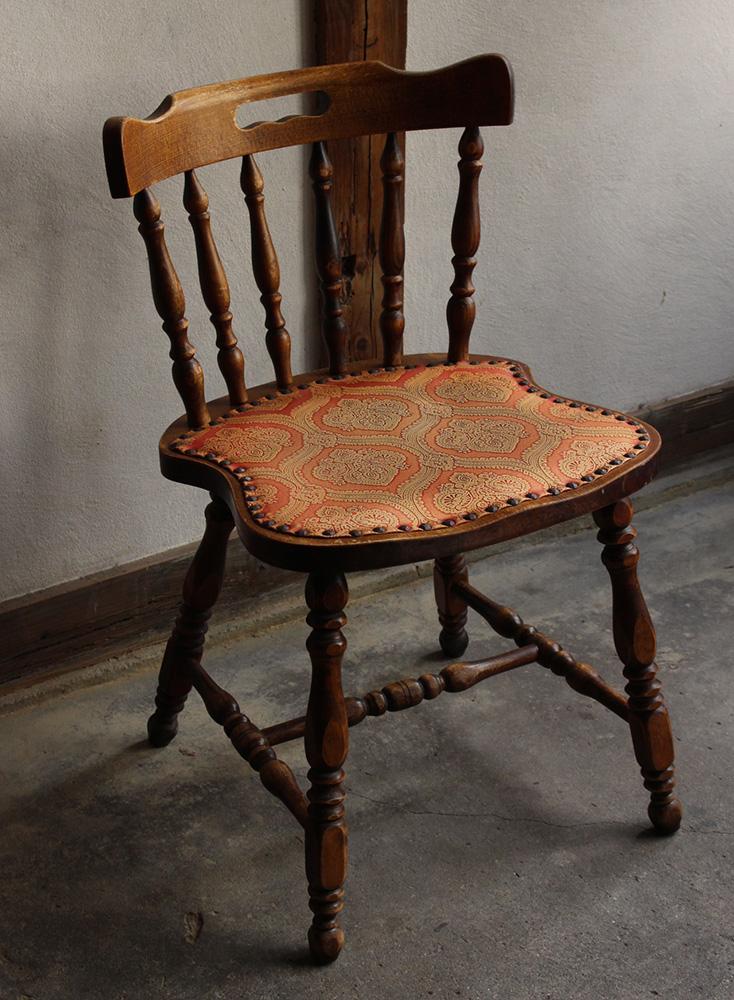 レトロな座面の模様の木製椅子