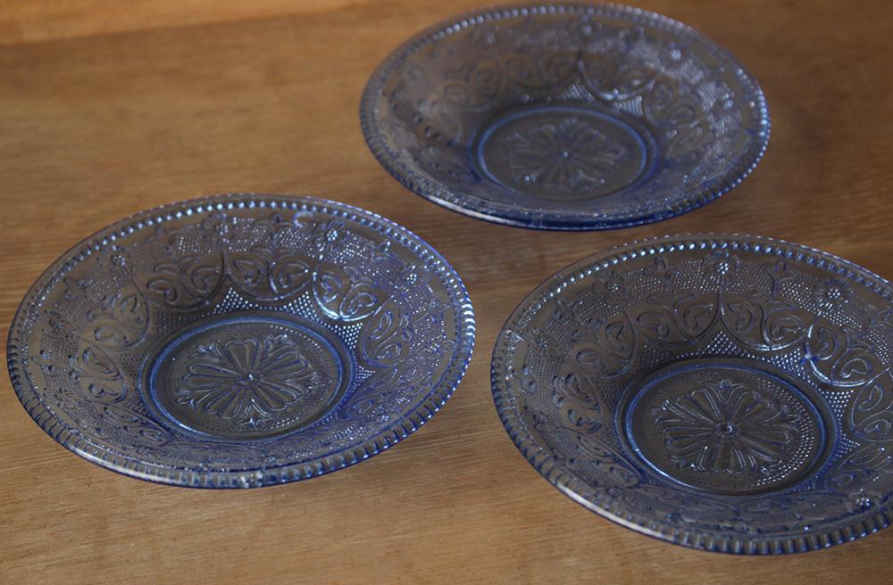 繊細な模様のブルーのプレスガラスの小皿