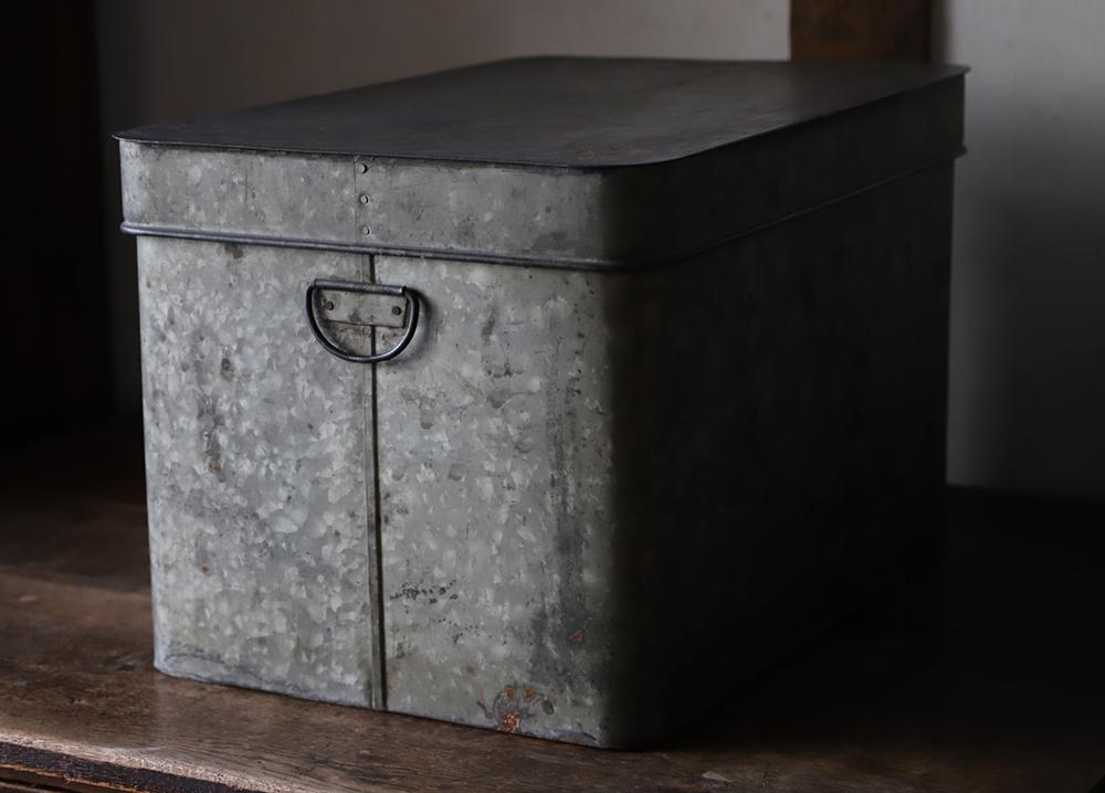角の丸い小ぶりなブリキの箱