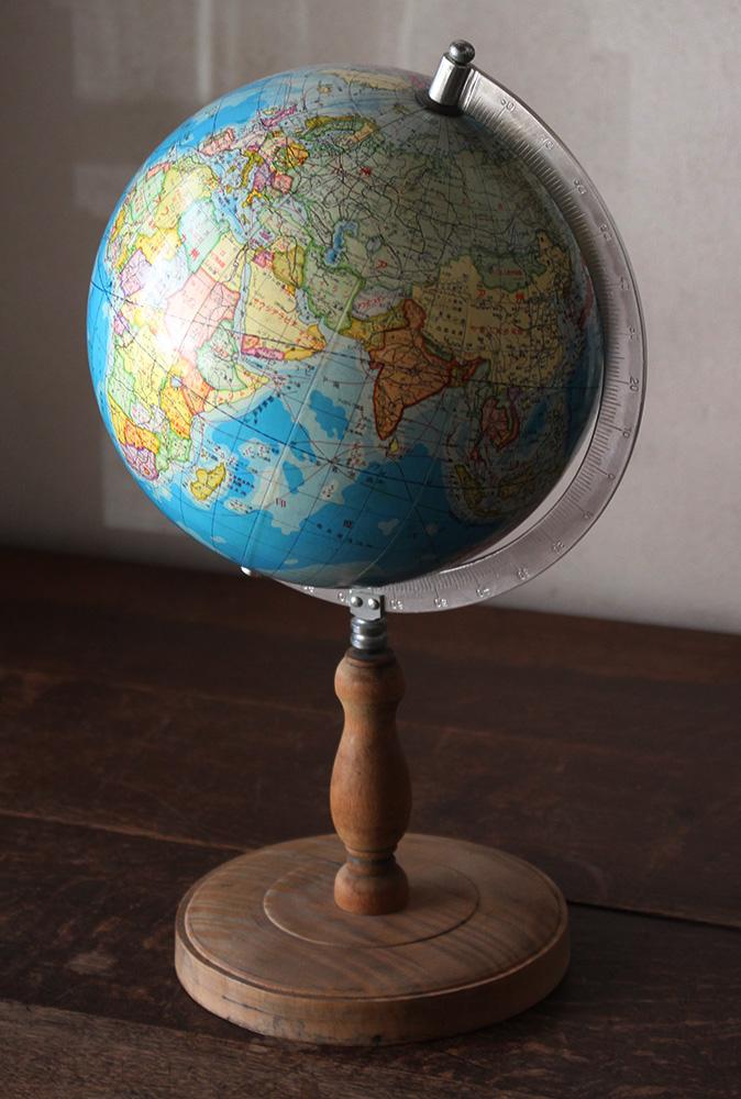 小ぶりな古い昔の地球儀