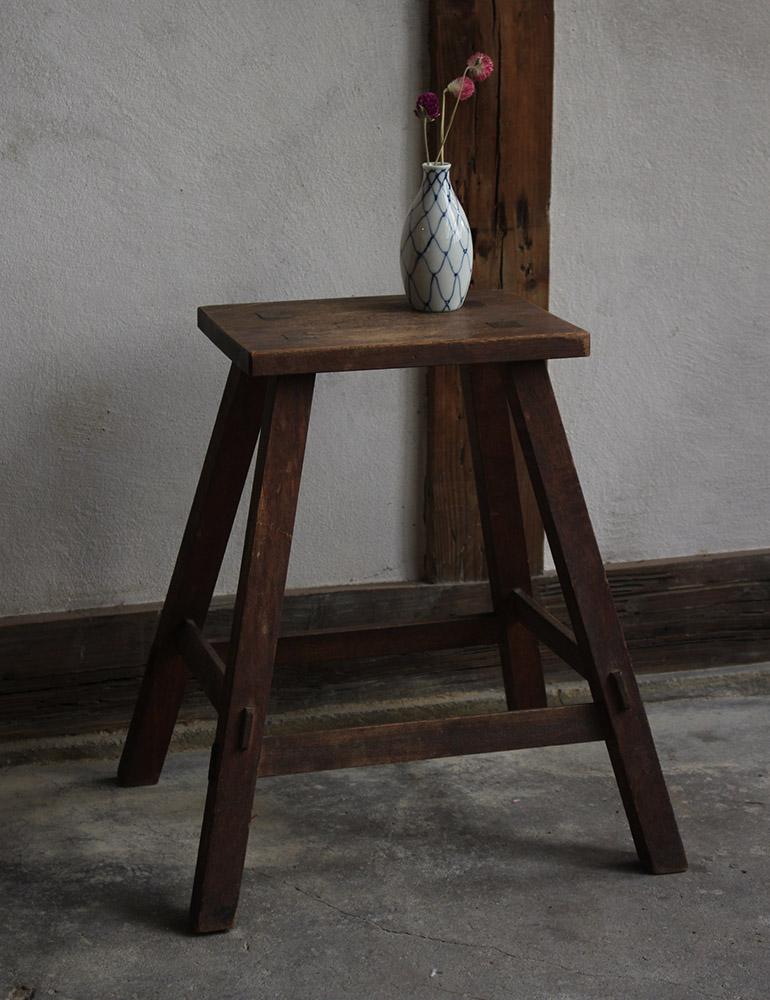 木製の華奢な脚立・スツール
