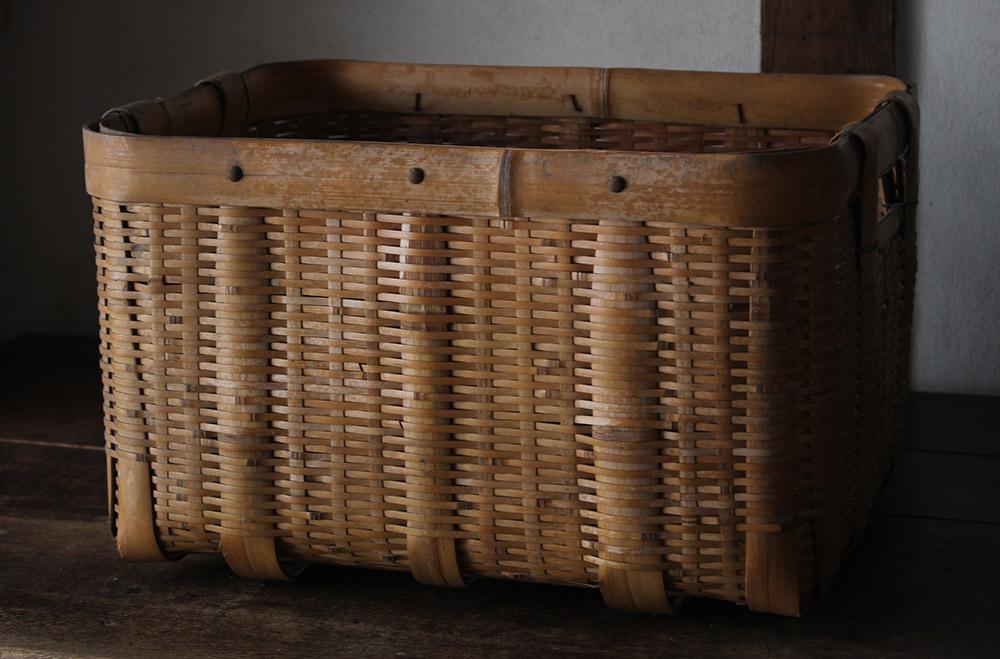 小ぶりな竹編みの籠(かご)