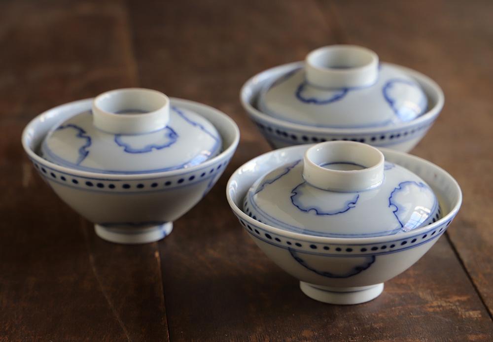 雪輪文様の蓋付き染付茶碗