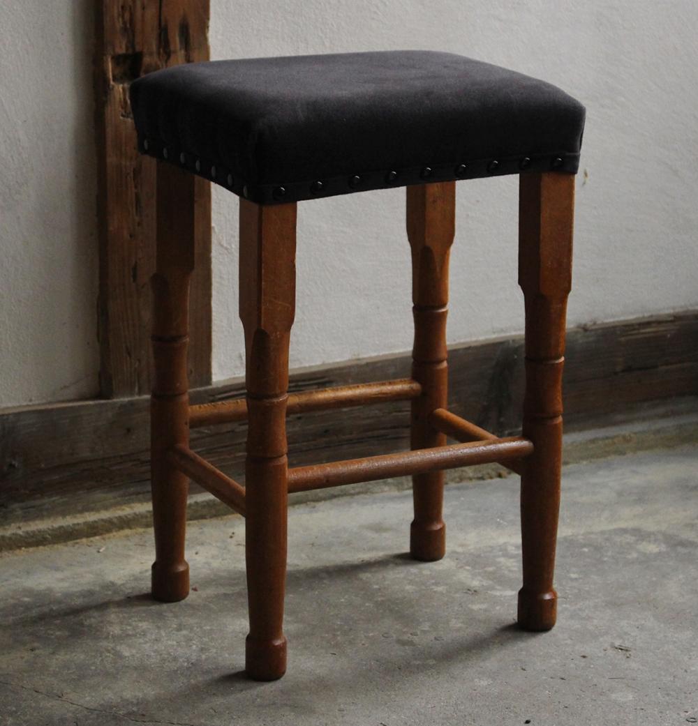 ブラックの布張りミシン椅子・角スツール