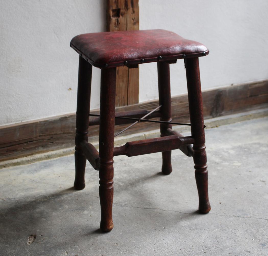 味のある小ぶりな椅子・ミシン椅子