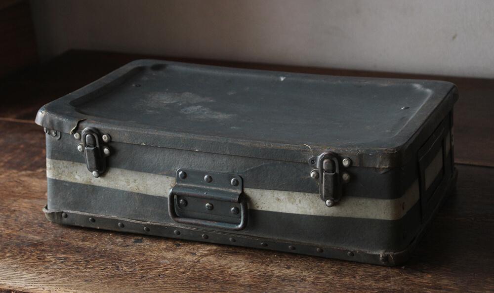 グレーの古びた小さめのトランク