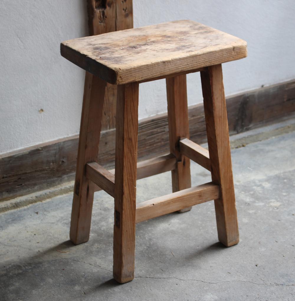 白木の小ぶりな椅子