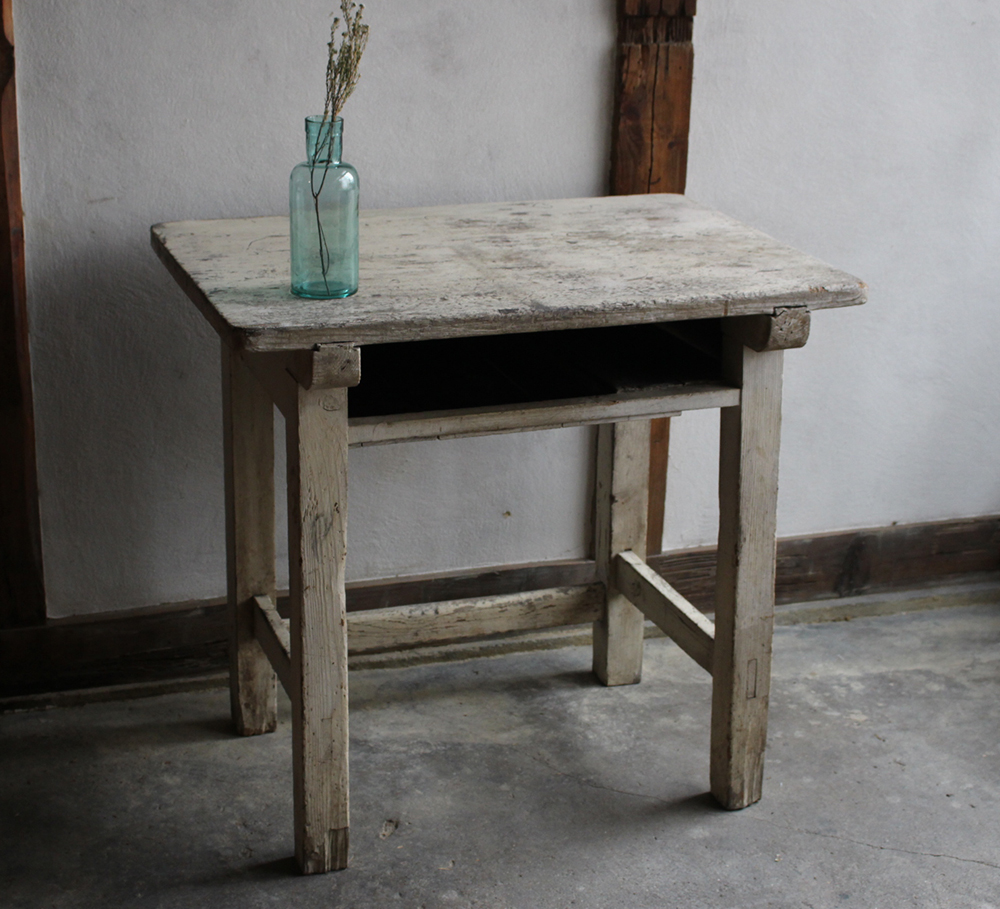 シャビーな白いペンキの木製の学校机