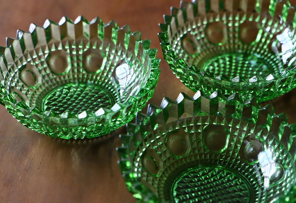 グリーンのキラキラ輝くプレスガラス皿