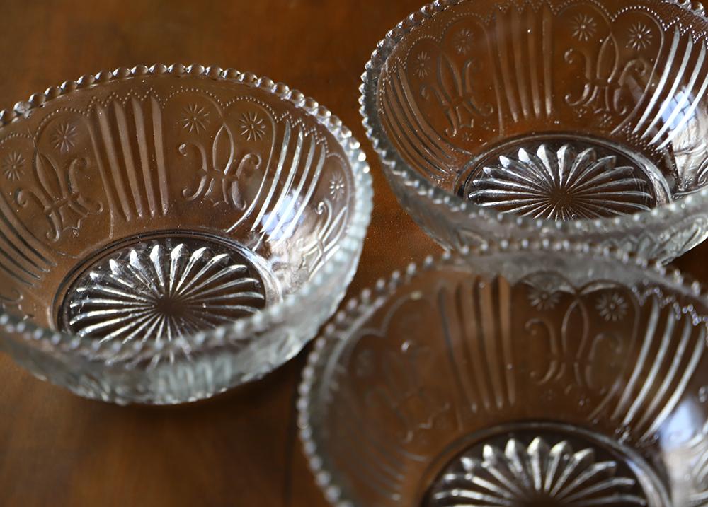 ハートの形が入った可愛いプレスガラスのレース深皿