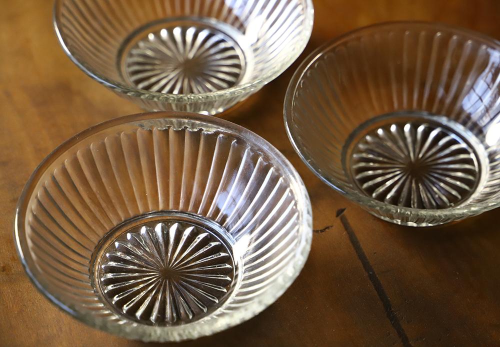 シンプルな菊花模様のプレスガラス小皿