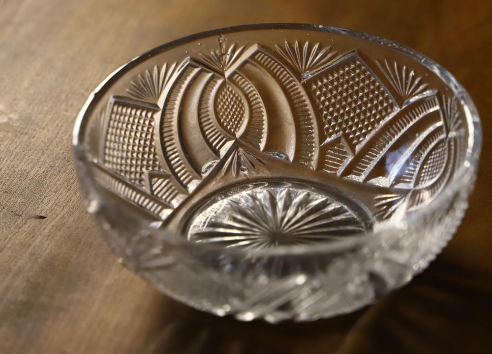 カット模様が美しい透明プレスガラスのガラスボウル