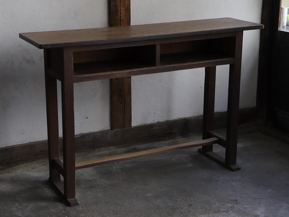 横長の木製の古い机