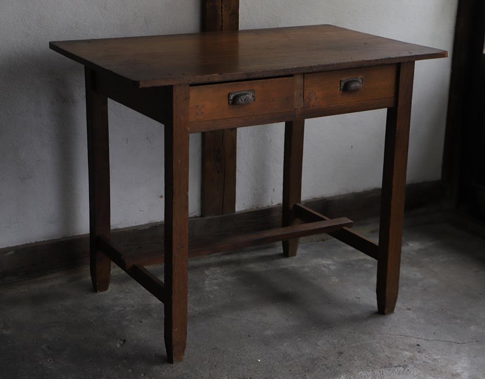 袖のないすっきりした木製机・デスク