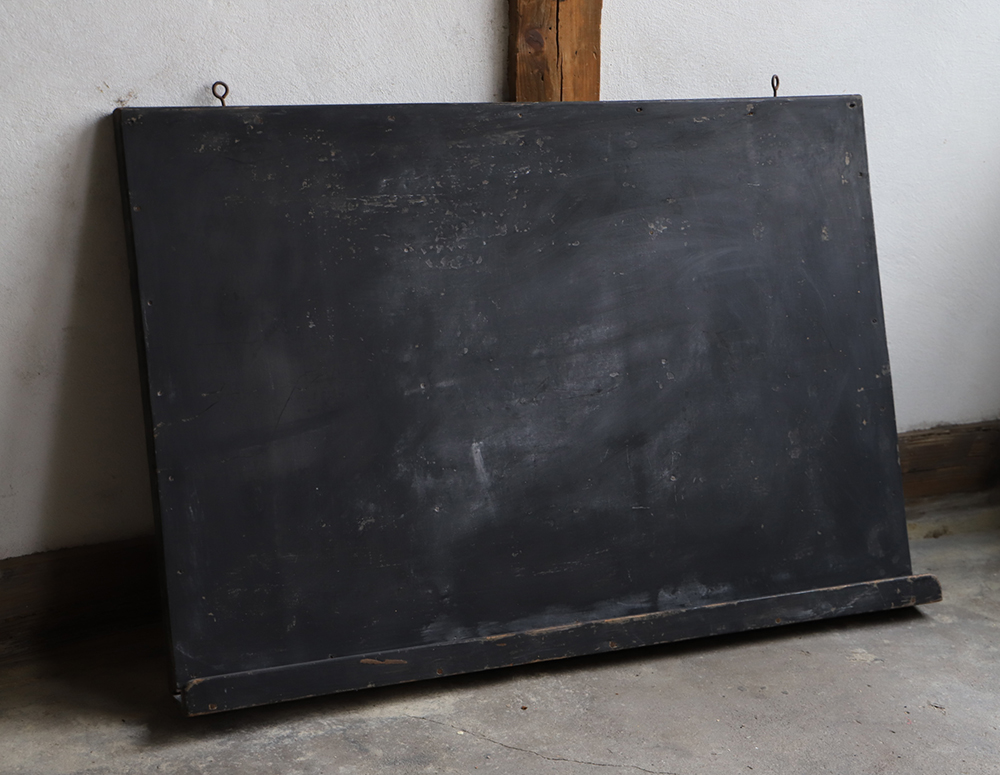 使い込まれた風合いが良い大きな木製黒板