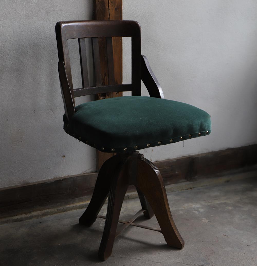 深い色味の木製回転椅子・ドクターチェア
