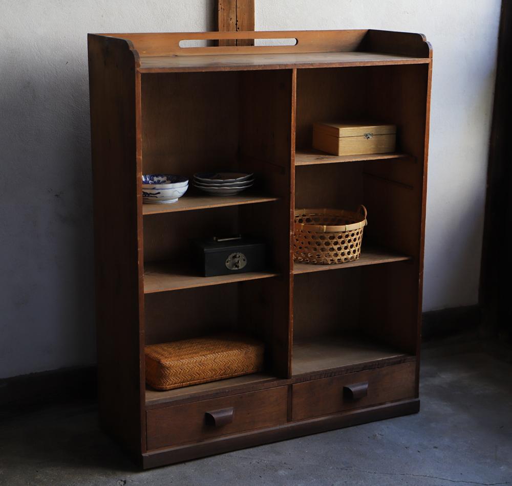 風合いの良い木製の棚