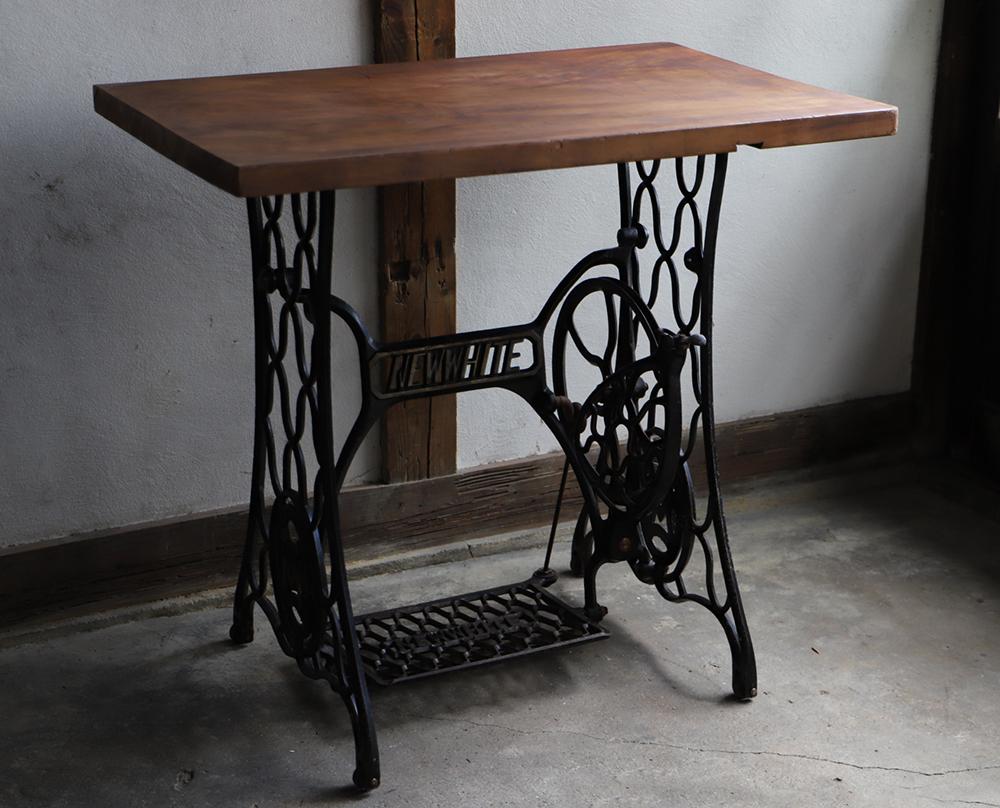 網脚のアンティークミシンと古材のテーブル