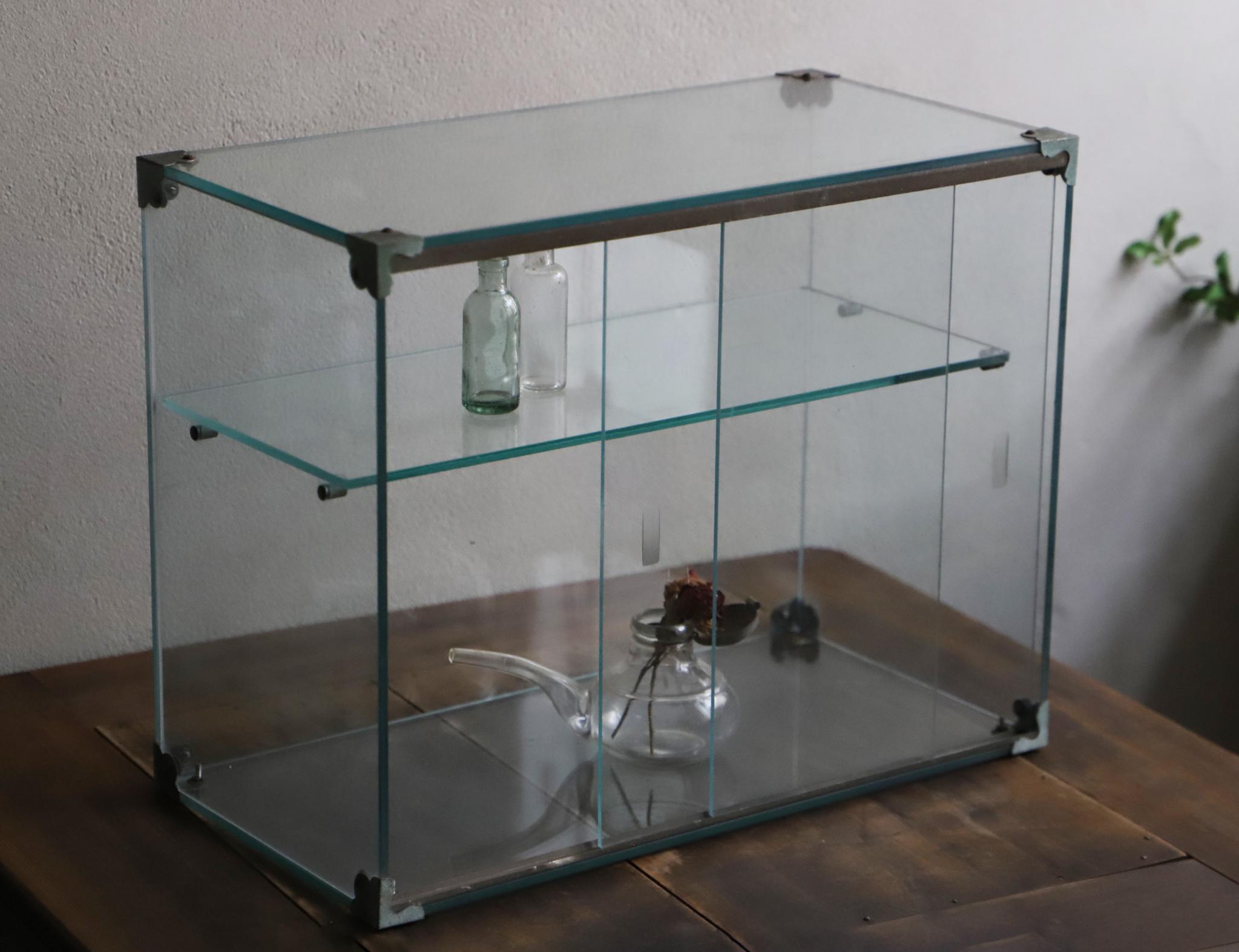 小ぶりな2段の卓上ガラスのショーケース