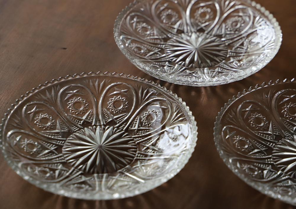 カット模様美しい透明プレスガラスのレース皿