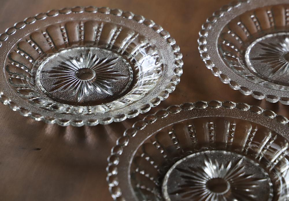 2種類の質感が楽しめる透明プレスガラスの平皿