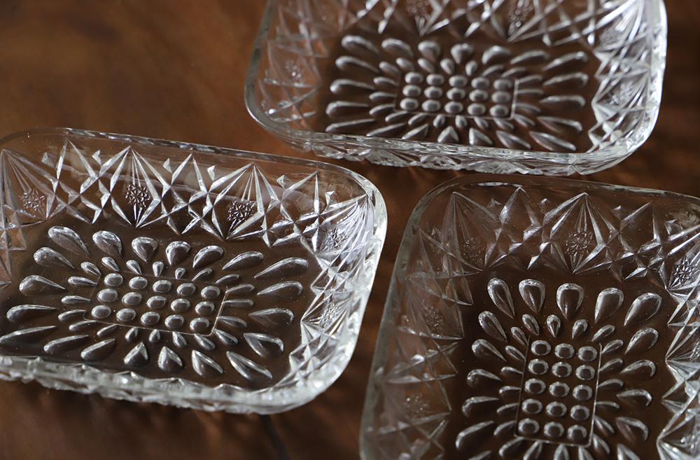しずく模様が可愛い透明プレスガラスの角皿