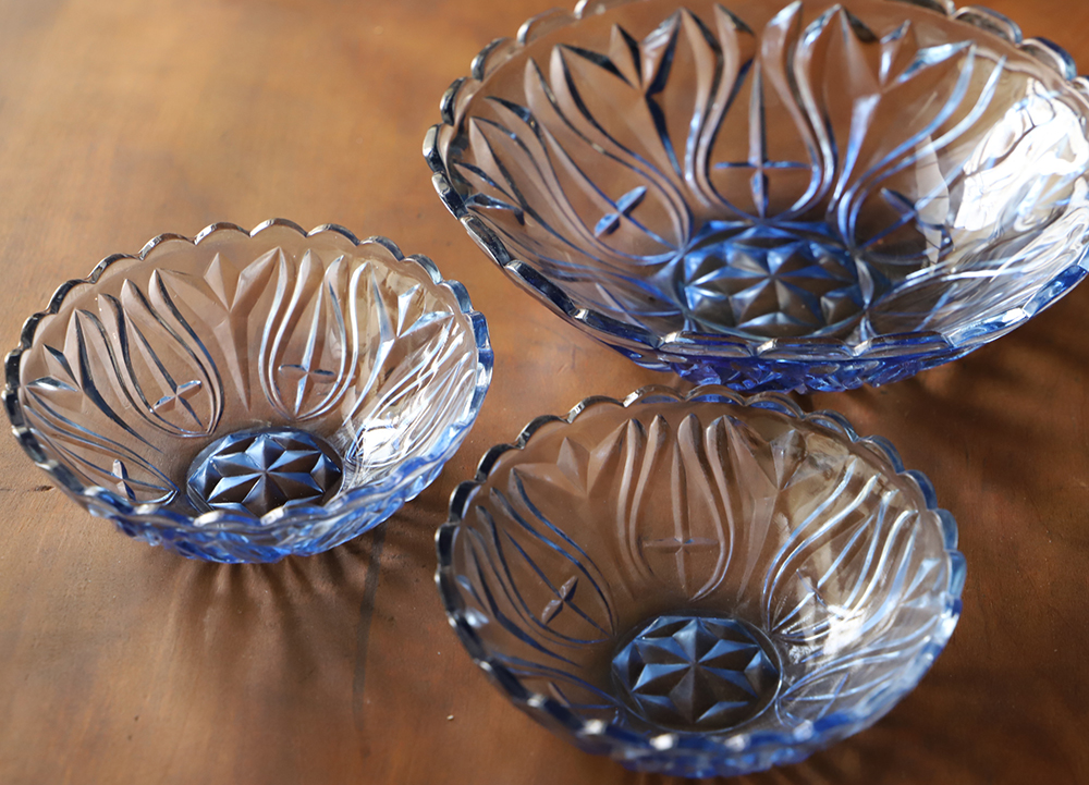 涼し気なブルーのプレスガラスのお皿3点セット