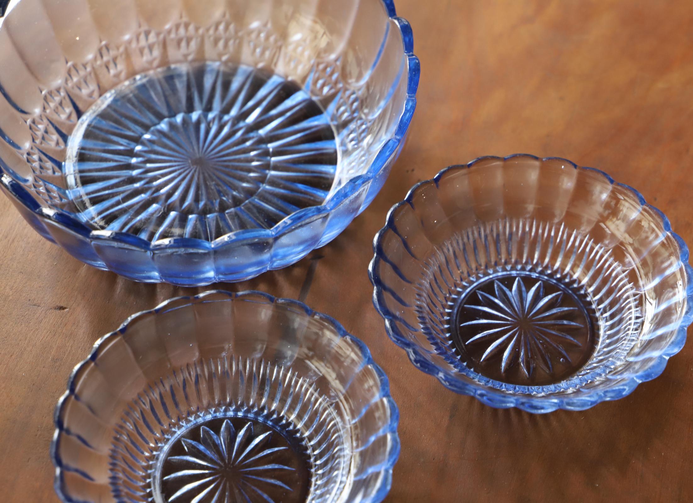 涼しげなブルーのプレスガラス皿3点セット