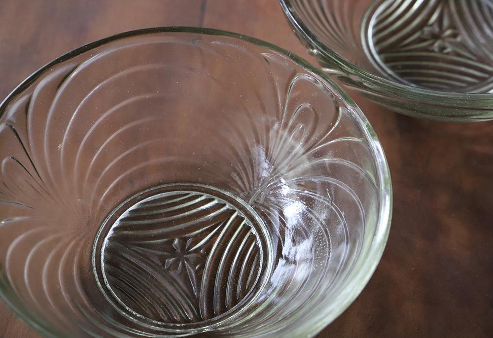 ほんのりグリーン色のクローバーがアクセントのプレスガラス皿