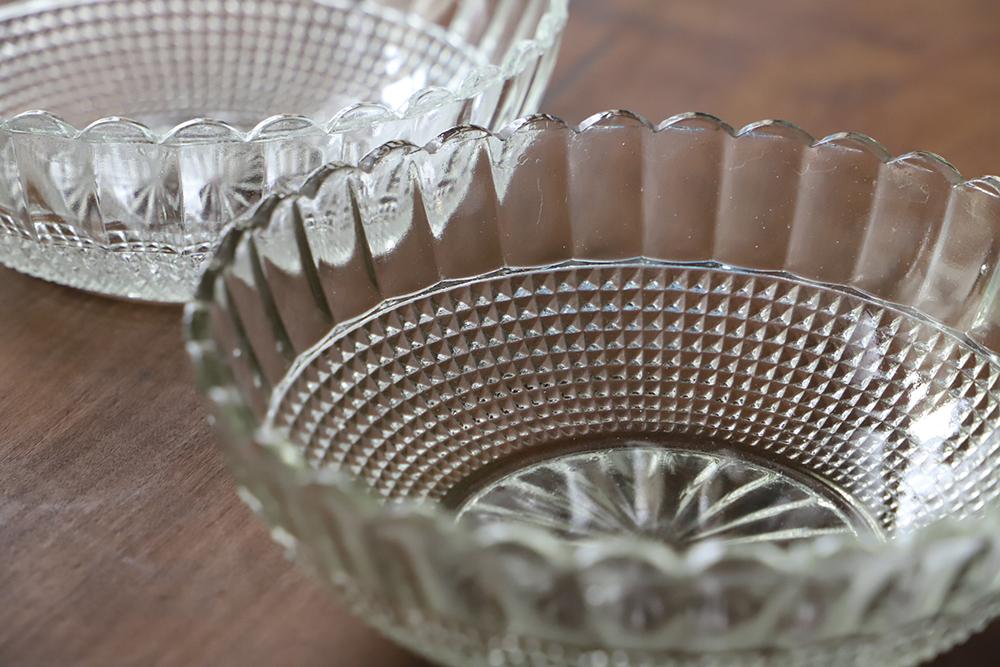 菊花とチェッカー模様のプレスガラスの大皿
