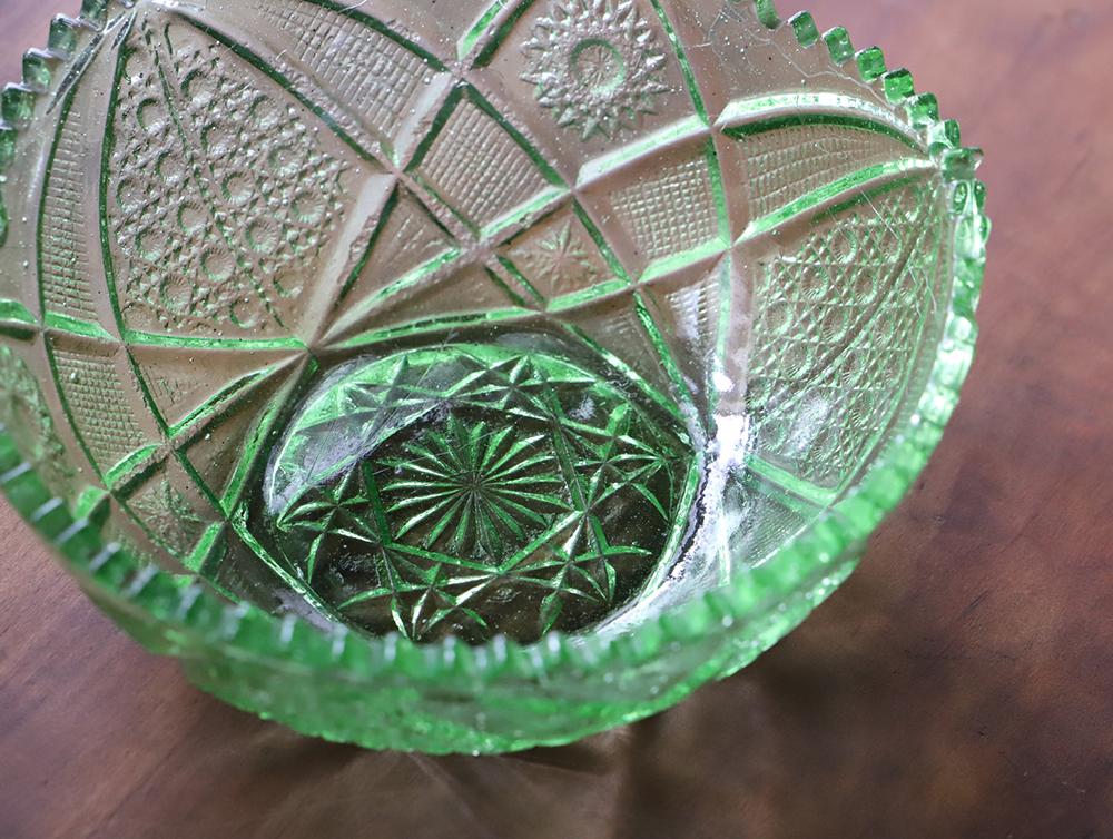 気泡たっぷりのグリーンのプレスガラスの大皿