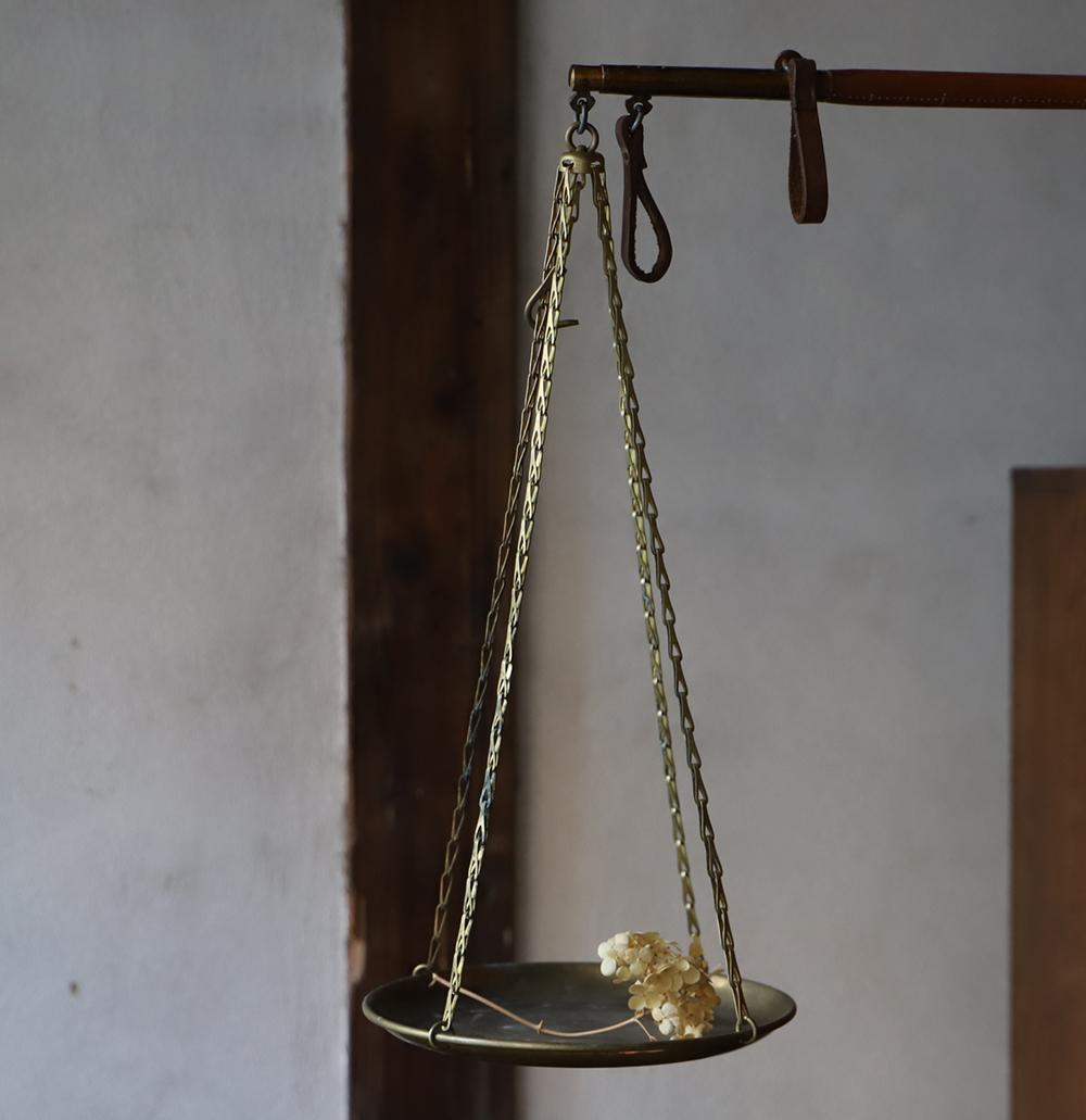 ゴールドと革の持ち手の吊り天秤