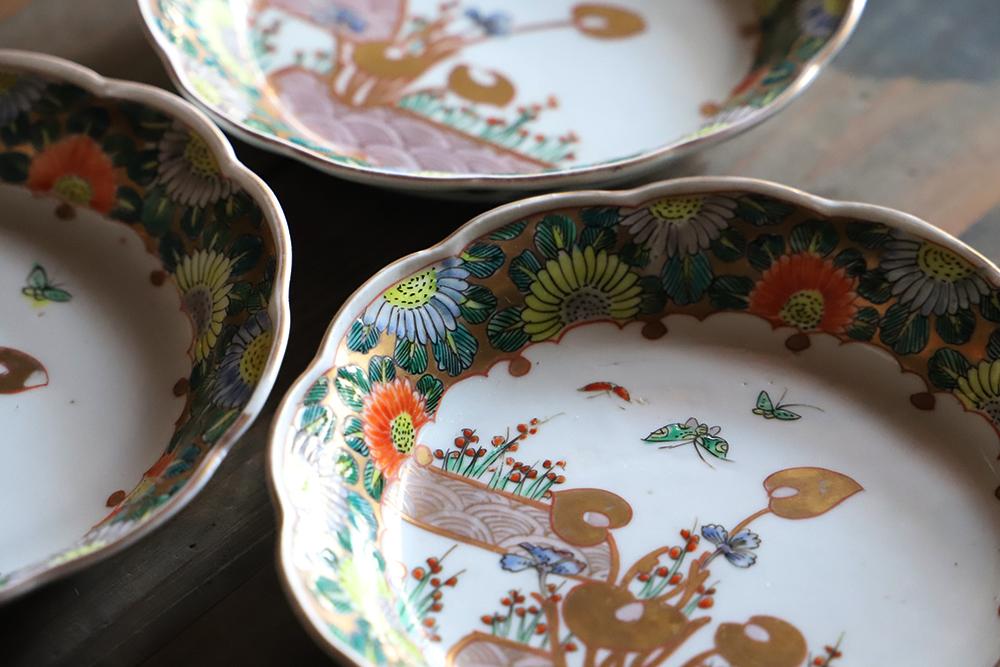 色彩がポップで可愛い金彩染付輪花の色絵皿