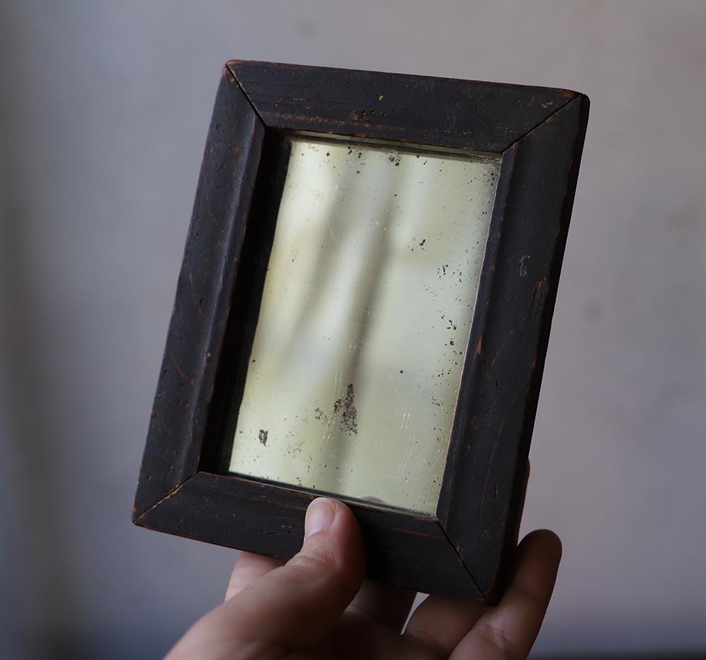 小さな木製フレームの鏡