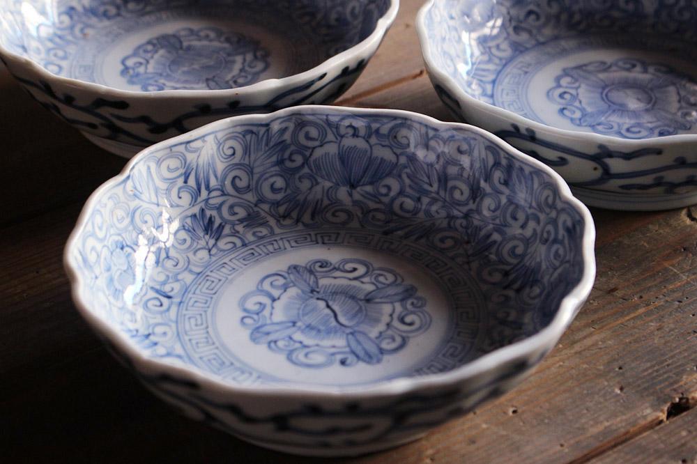 繊細な模様と優しい色合いが美しい線描染付のなます皿