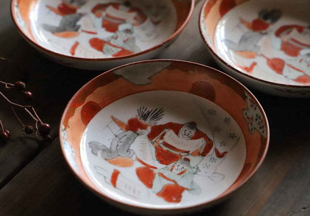 九谷焼 文を詠む三人図の赤絵の小皿