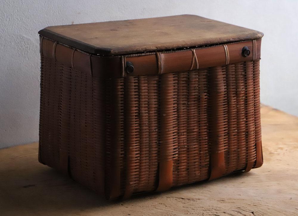 木の蓋付き竹編みの小ぶりな籠