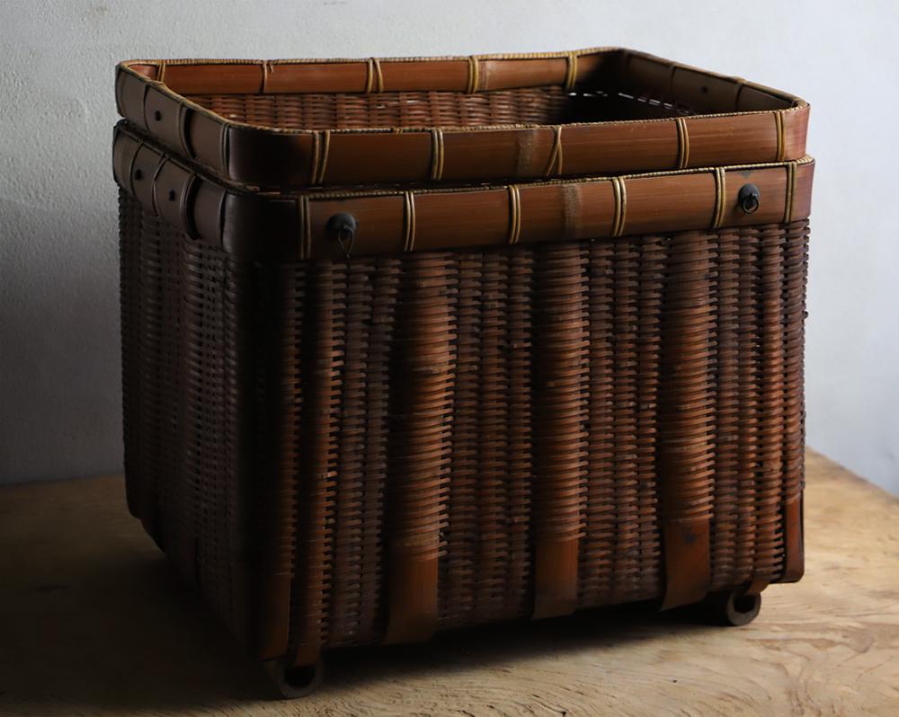 蓋付きの竹編みの籠