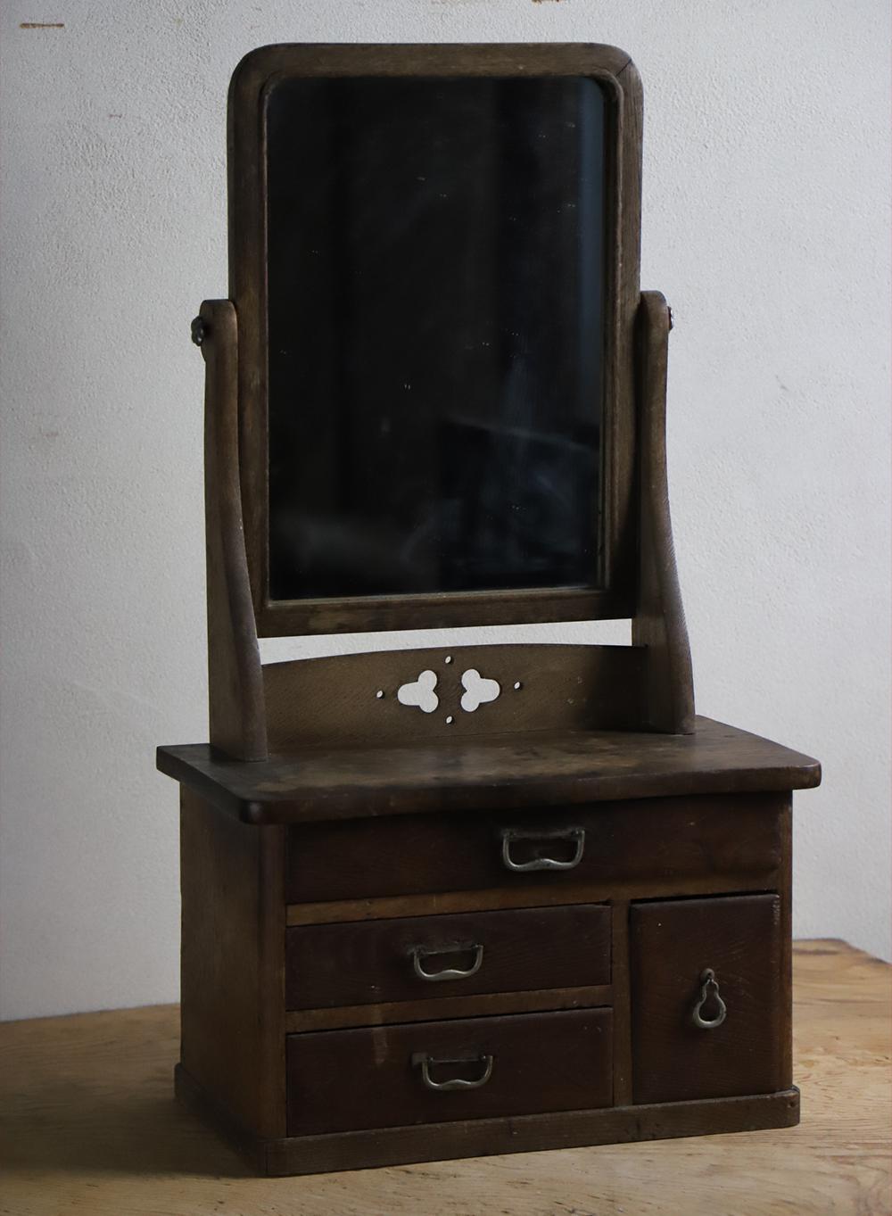 小ぶりな木製の鏡台